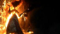 Un 'ninot', nombre que reciben las espectaculares construcciones que luego arden, se consume entre las llamas el día de San José. GETTYIMAGES