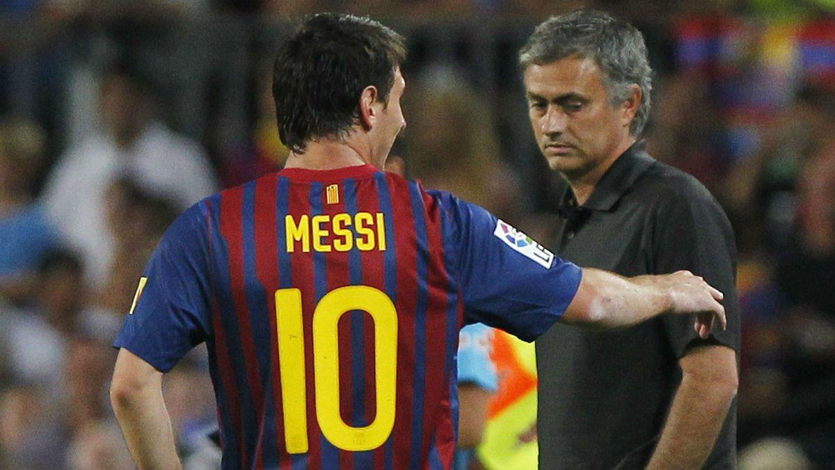 Leo Messi conversa con Jose Mourinho en un duelo en Champions.
