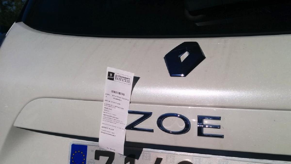 Multa del Ayuntamiento a un coche que sí puede aparcar con contaminación.