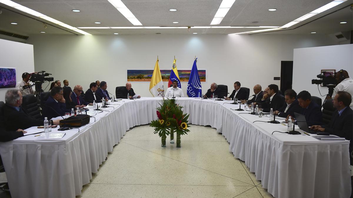 Mesa de diálogo entre Nicolás Maduro y la oposición. (Foto: AFP)