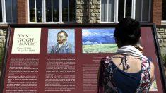Una mujer lee un cartel alusivo a Van Gogh (Foto: AFP).