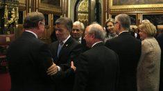 Juan Manuel Santos saluda al también Nobel de la Paz David Trimble en el Parlamento de Westminster. (AFP)