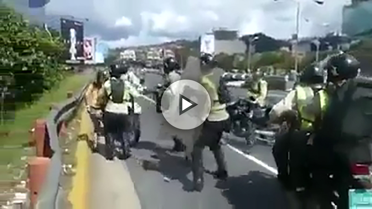 Agentes de la policía chavista apalean a una mujer en la «toma de Caracas» convocada por la MUD.