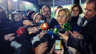 Manuela Carmena atiende a los medios a su salida del CIE de Aluche, junto a Javier Barbero y Puri Causapié. (EFE)