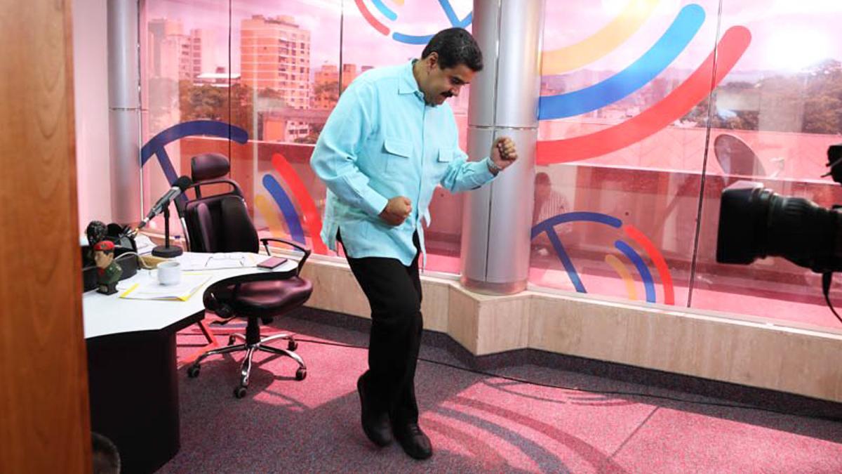 Nicolás Maduro bailando salsa en el Palacio de Miraflores. (Foto: Twitter)