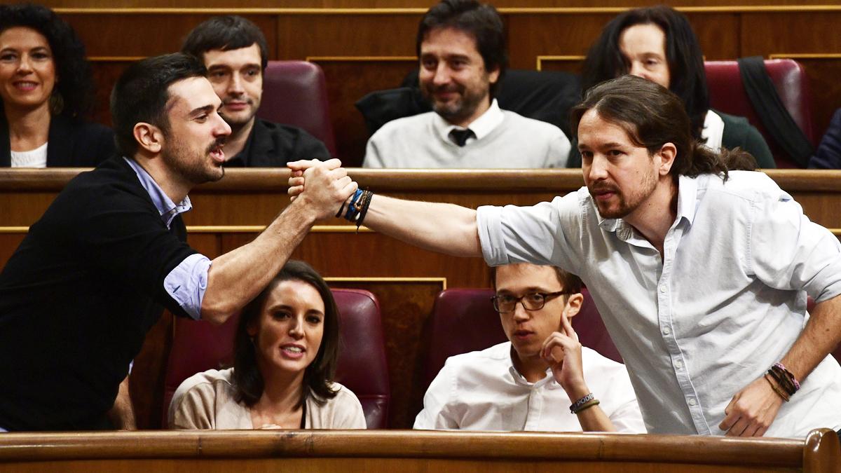 Ramón Espinar y Pablo Iglesias en el Congreso de los Diputados. (Foto: AFP)