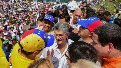 El Presidente de la Asamblea NAcional de Venezuela, Henry Ramos Allup, saludando a los miles de opositores al régimen de Maduro reunidos en la 'Toma de Venezuela'. (AFP)