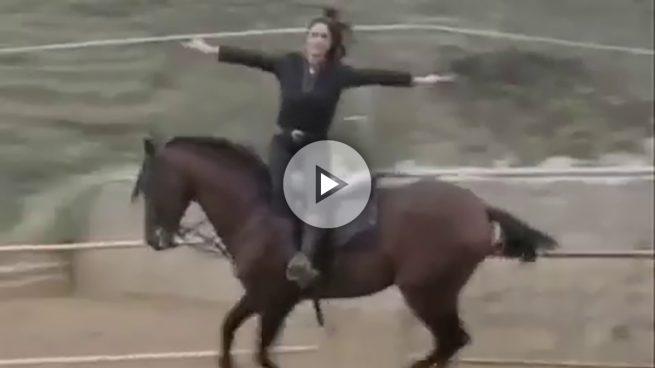 Las podepijas: así cabalgan la 'errejonista' Clara Serra y su hermana 'pablista' Isabel