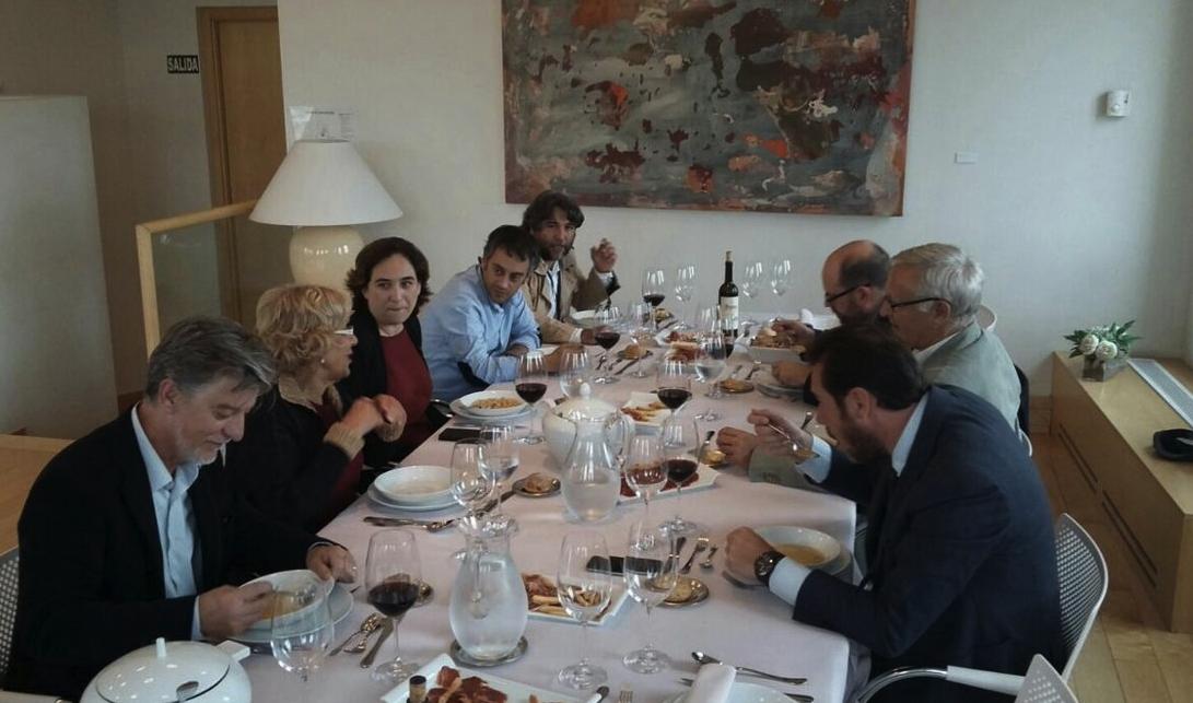 Carmena tras servir cocido madrileño a los 'alcaldes del cambio'. (Foto: TW)
