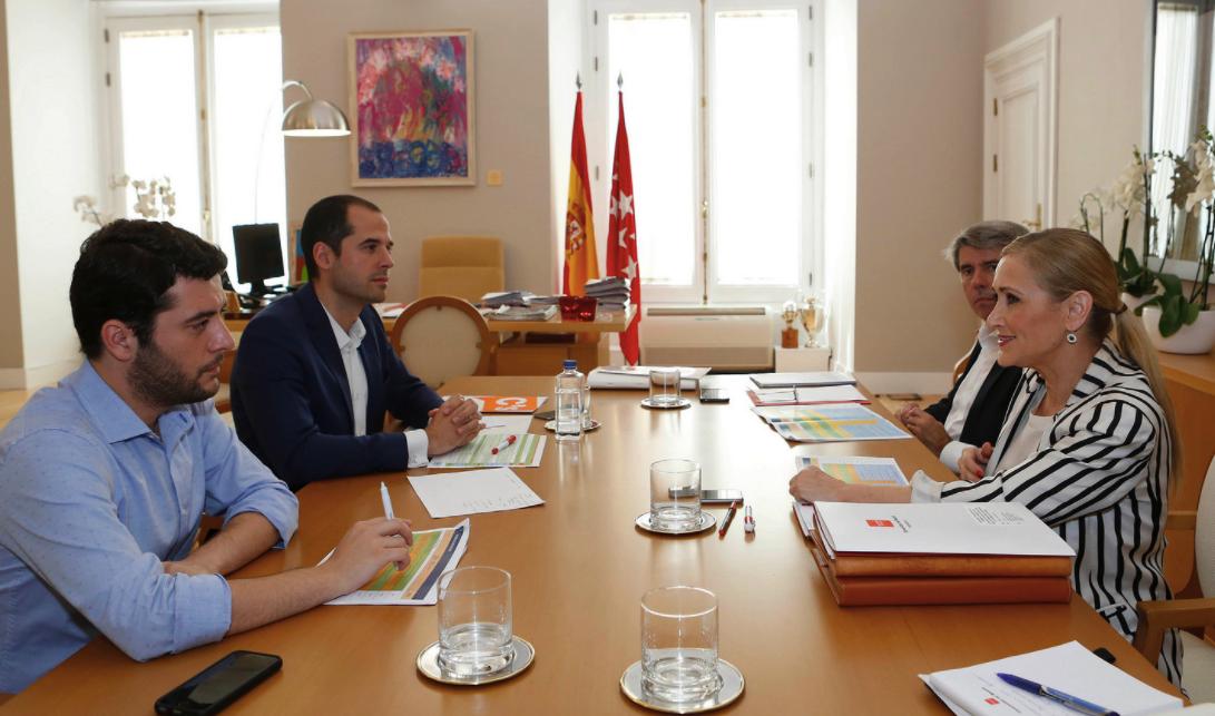 La presidenta Cifuentes revisando su acuerdo con C's con Zafra y Aguado. (Foto: CAM)