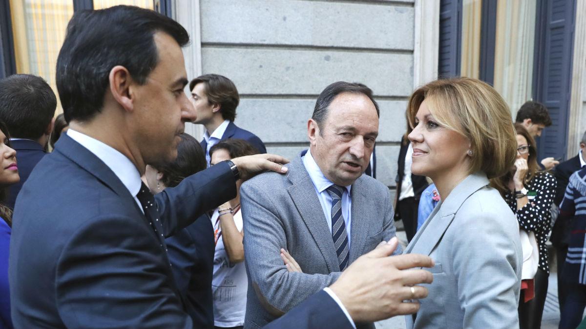 La secretaria general del PP, María Dolores Cospedal (d) conversa con vicesecretario de Organización y Electoral del PP, Fernando Martínez-Maillo (i) y el presidente del PP en La Rioja, Pedro Sanz (c). (Foto: EFE)