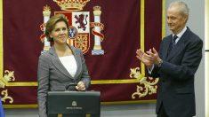 Pedro Morenés da el testigo a María Dolores de Cospedal en el Ministerio de Defensa. (Foto: EFE)