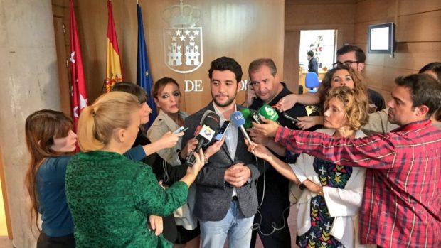 Zafra atendiendo a la prensa tras una comisión de corrupción. (Foto: C's)