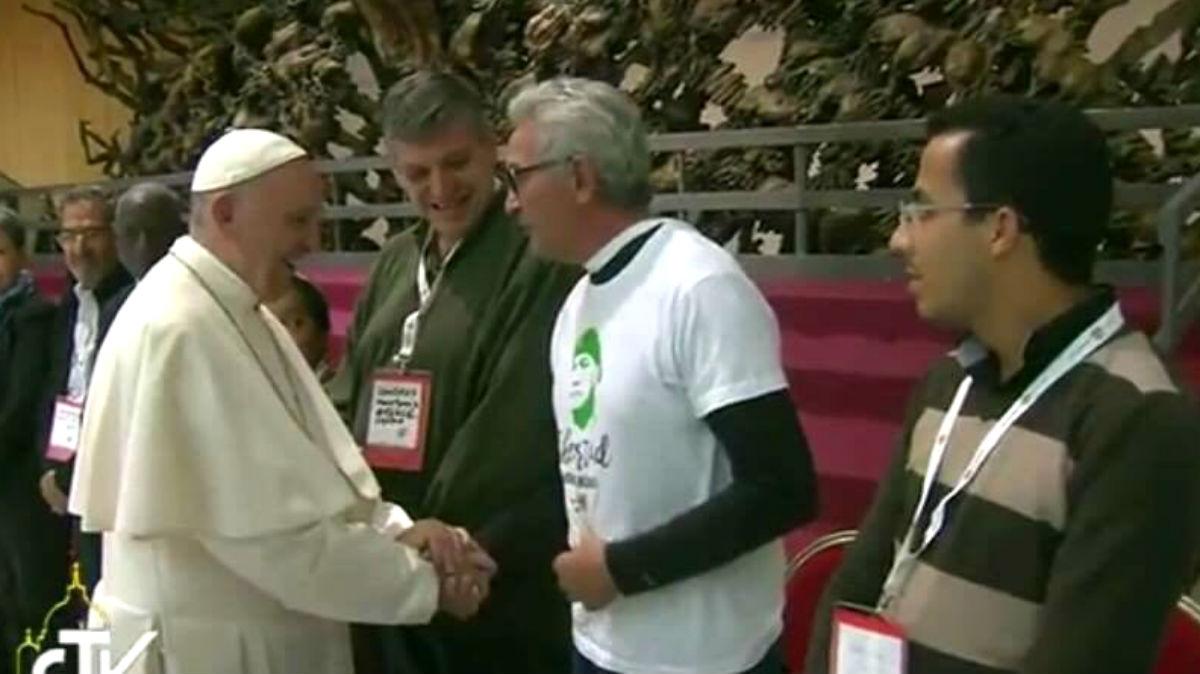 El diputado de Podemos Diego Cañamero estrecha la mano del Papa Francisco, este sábado en Roma. (Foto: Twitter)