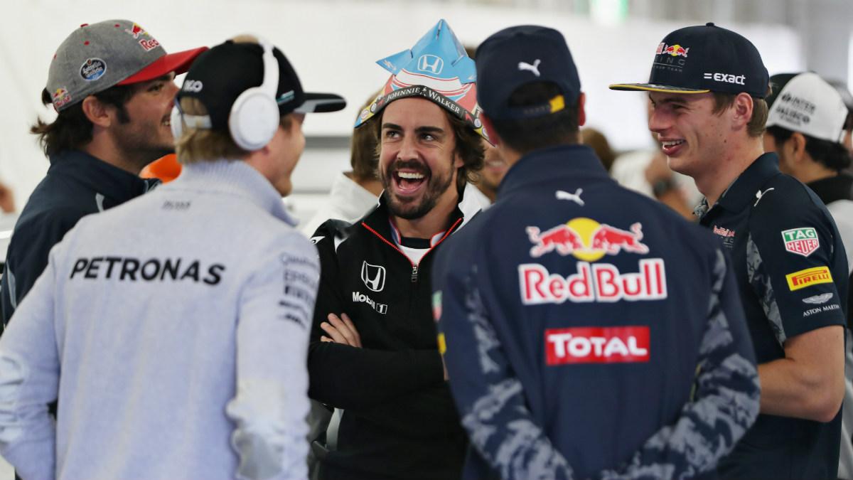 Alonso bromea con otros pilotos en el 'paddock'. (Getty)