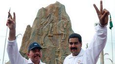 Los dictadores Daniel Ortega y Nicolás Maduro, junto a un monumento a Bolívar. (TW)