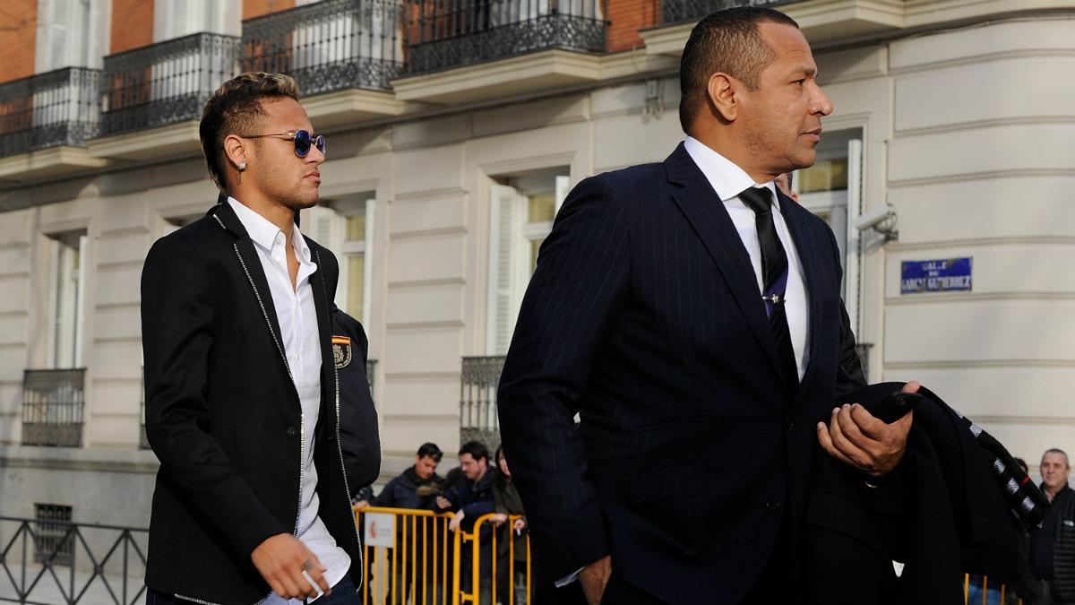 Neymar y su padre, a las puertas de la Audiencia Nacional. (Foto: Getty)