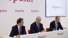 El consejero delegado del Banco Popular, Pedro Larena (c), acompañado por el director financiero, Javier Moreno, y el subdirector general, Carlos Balado. Foto: EFE)
