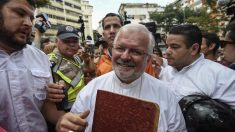 El nuncio de Venezuela Aldo Giordano en una reciente imagen con manifestantes opositores (Foto: AFP)