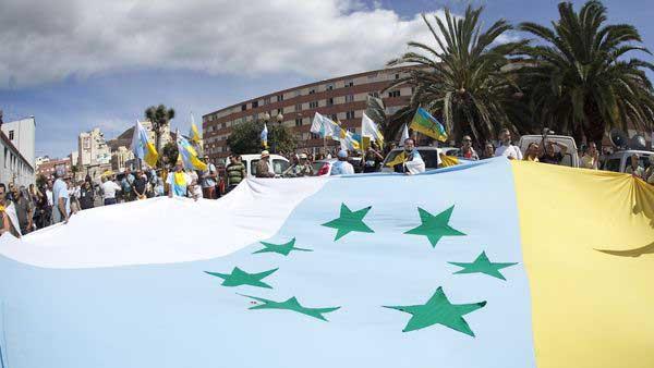 Manifestación con una bandera independentista canaria gigante