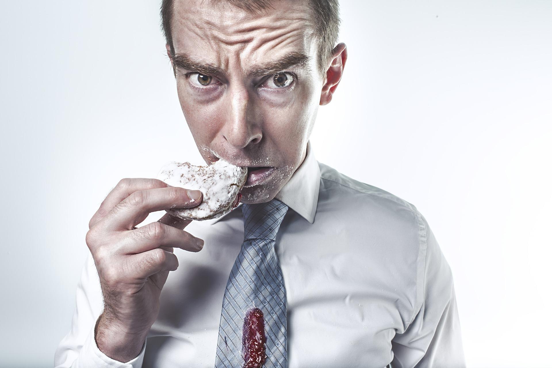 Hábitos: por qué no deberías comer de pie (ganarás en salud)