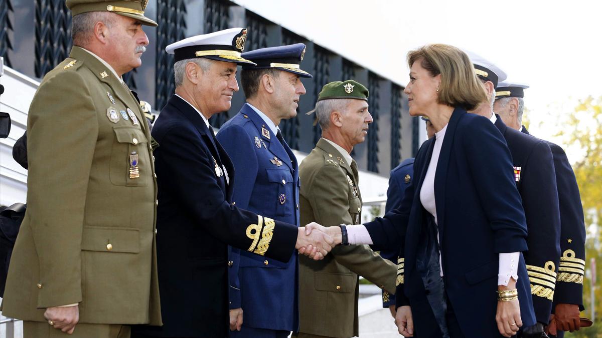 María Dolores de Cospedal en un encuentro con la cúpula militar. (Foto: EFE)