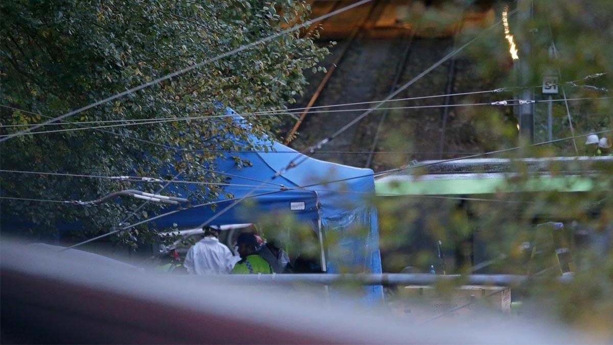 Personal trabajando en la zona donde se accidentó el tranvía (Foto: AFP)