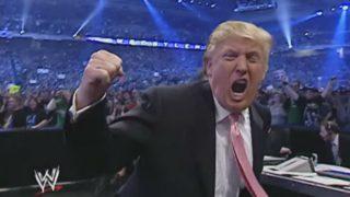 Donald Trump celebra su victoria en la lucha libre.