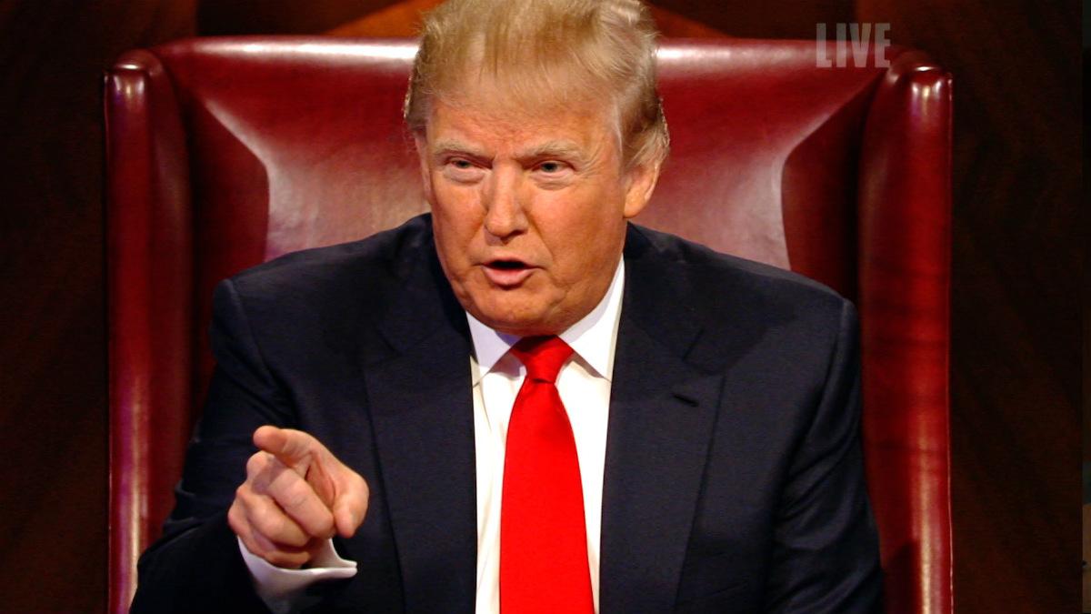 Donald Trump, gritando «¡estás despedido!» a un concursante de 'El aprendiz', su programa en la NBC.