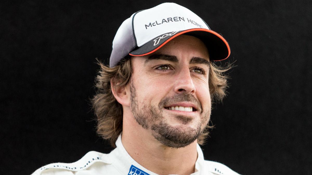 Fernando Alonso sacó su mejor sonrisa tras ser décimo en los entrenamientos. (AFP)