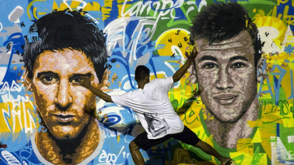 Una pintada del duelo Messi-Neymar en Río de Janeiro. (AFP)