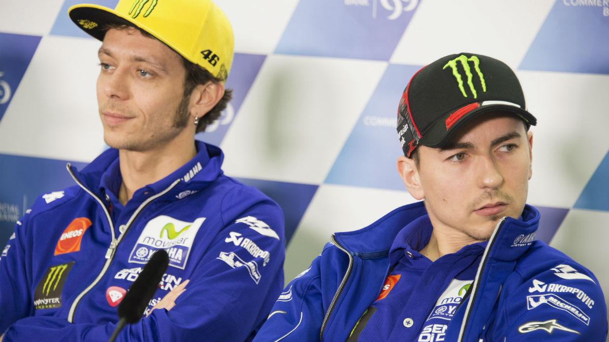 Jorge Lorenzo y Valentino Rossi dan muestras de su nula relación hasta en la última rueda de prensa que dan como compañeros. (Getty)