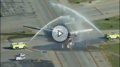 El avión privado de Donald Trump, homenajeado por los bomberos del aeropuerto de NY.