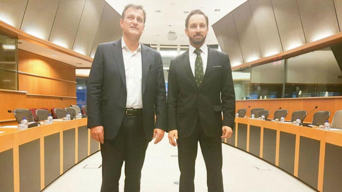 El presidente de Vox, Santiago Abascal, junto al número 2 del Frente Nacional, Louis Aliot.