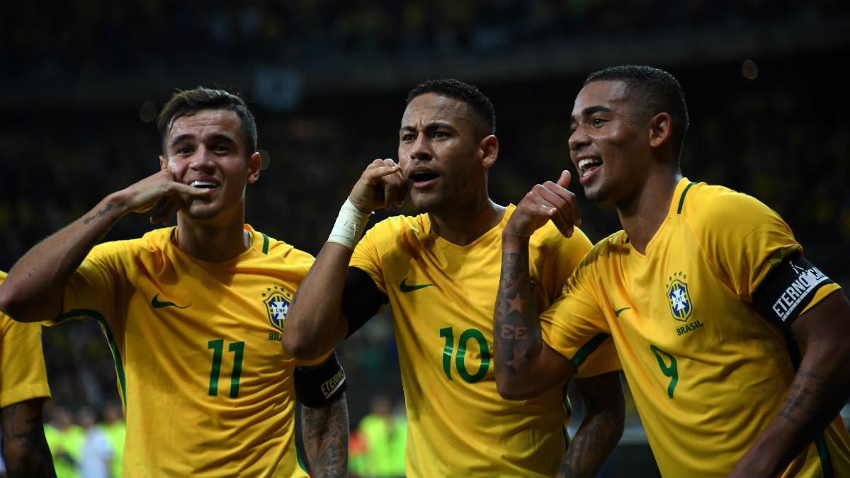Neymar, Coutinho y Gabriel Jesús celebran uno de los goles de Brasil. (AFP)