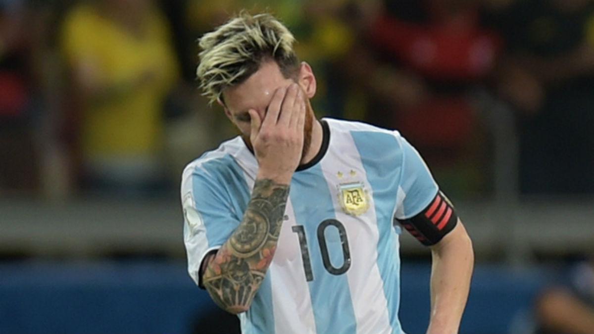Leo Messi se tapa la cara en la derrota contra Brasil. (AFP)