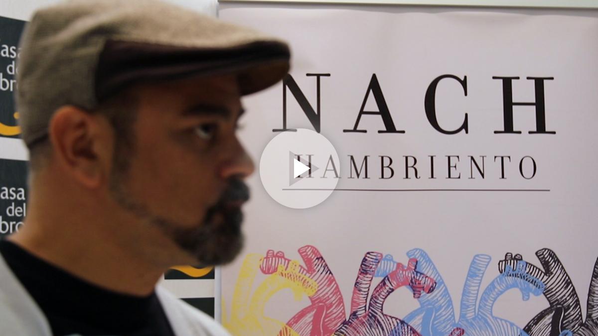 El poeta Nach durante la firma de su libro en la Casa del Libro de Gran Vía
