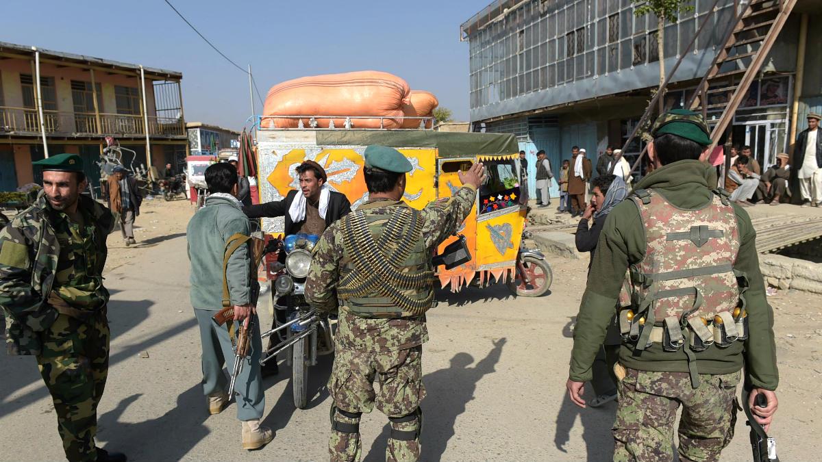 Personal militar en un control cerca de la base donde se produjo el atentado (Foto: AFP).