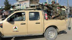 Militares afganos controlan las inmediaciones de la base estadounidense en Bagram, tras un atentado. (AFP)