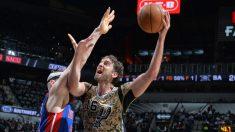 Pau Gasol se mide en la pintura con un jugador de los Pistons. (Getty)