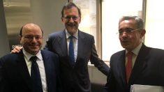 Mariano Rajoy y Álvaro Uribe, junto al representante del CD en España, Néstor Laso, en una reciente visita del ex presidente colombiano a España. (OKD)