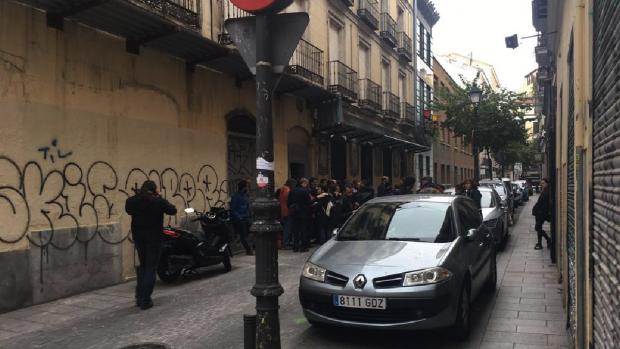 Okupas celebrando la usurpación en el centro de Madrid. (Foto: TW)