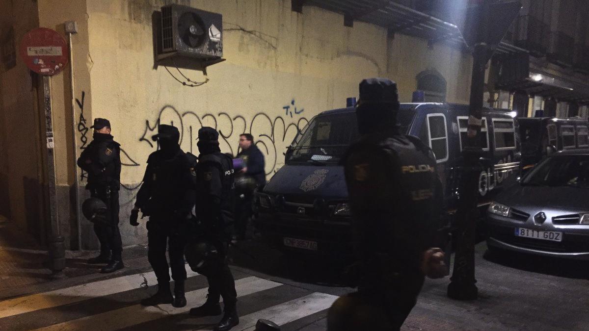 La Policía rodeando la nueva ubicación del Patio Maravillas. (Foto: TW)
