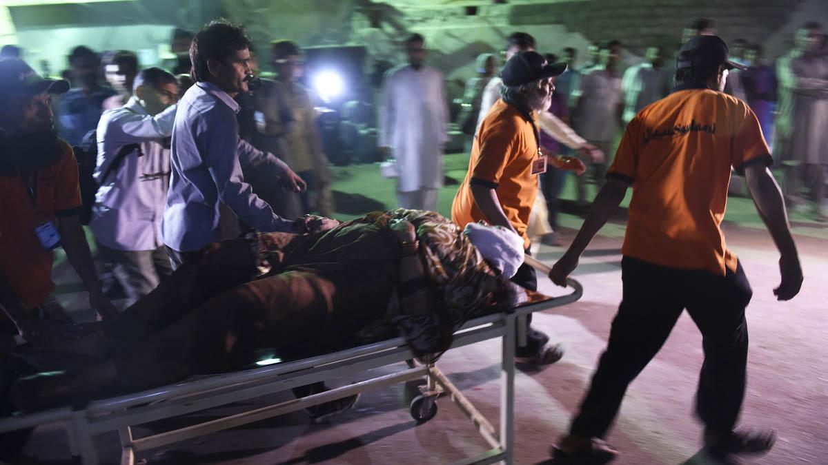 Atención a los heridos tras un atentado en Pakistán (Foto: AFP)