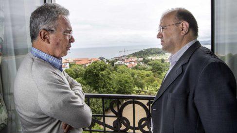 El ex presidente colombiano Álvaro Uribe y Néstor Laso, en Santander. (OKD)