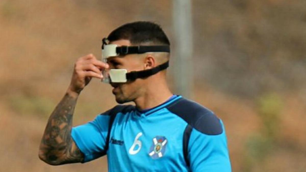 Vitolo, futbolista del Tenerife, con una máscara en un entrenamiento.