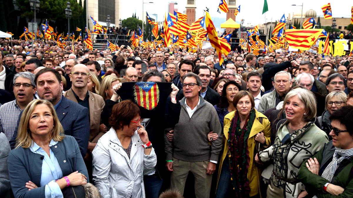 Mas, Forcadell y otros dirigentes independentistas encabezaron la manifestación (Foto: Efe).