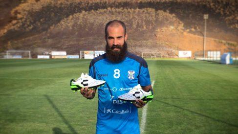 Marc Crosas posa con la camiseta del Tenerife. (Twitter)
