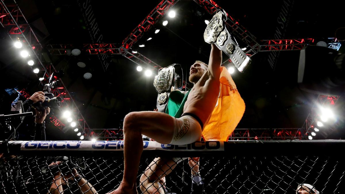 Conor McGregor celebra la conquista de su título de peso ligero. (Getty)