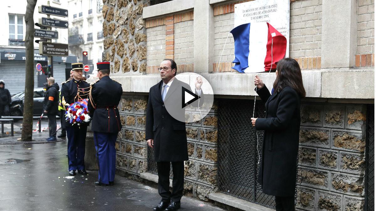 François Hollande y Anna Hidalgo descubren una placa en recuerdo de las víctimas (Foto: AFP).